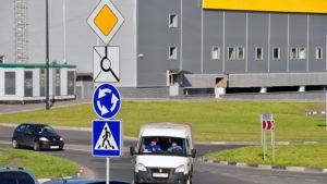 Что главнее на дороге: светофор или знак