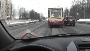 Как правильно выполнить разворот на трамвайных путях без нарушений